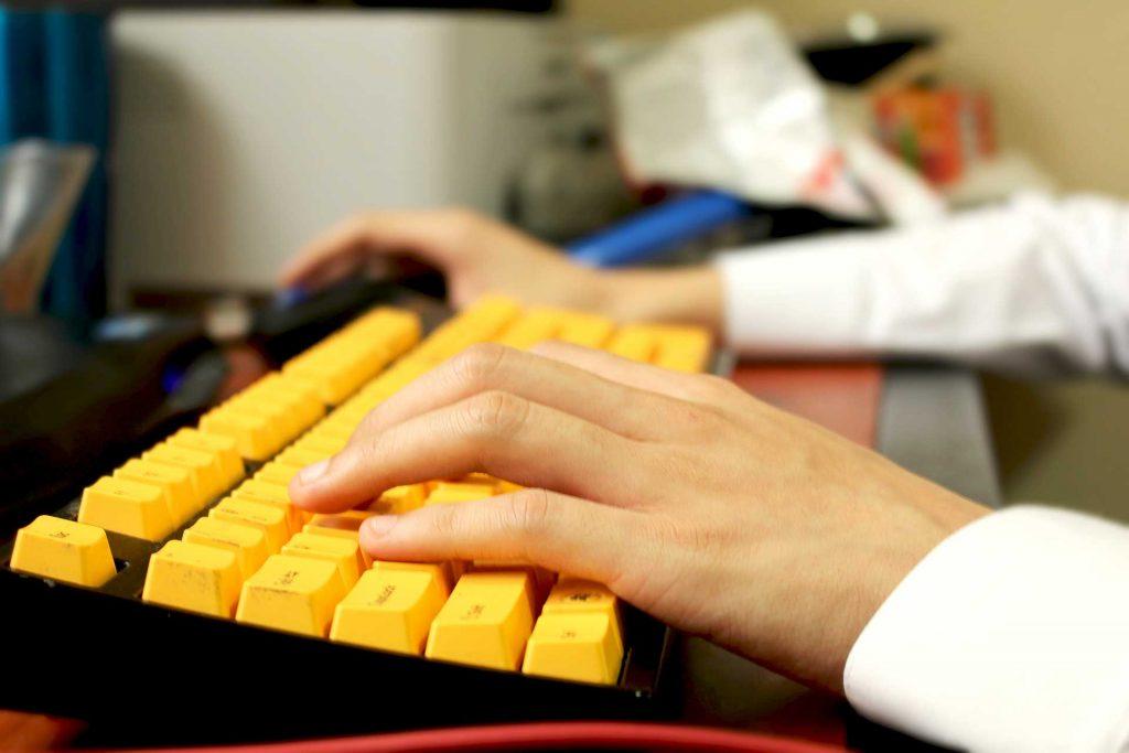 tastiera pc gialla
